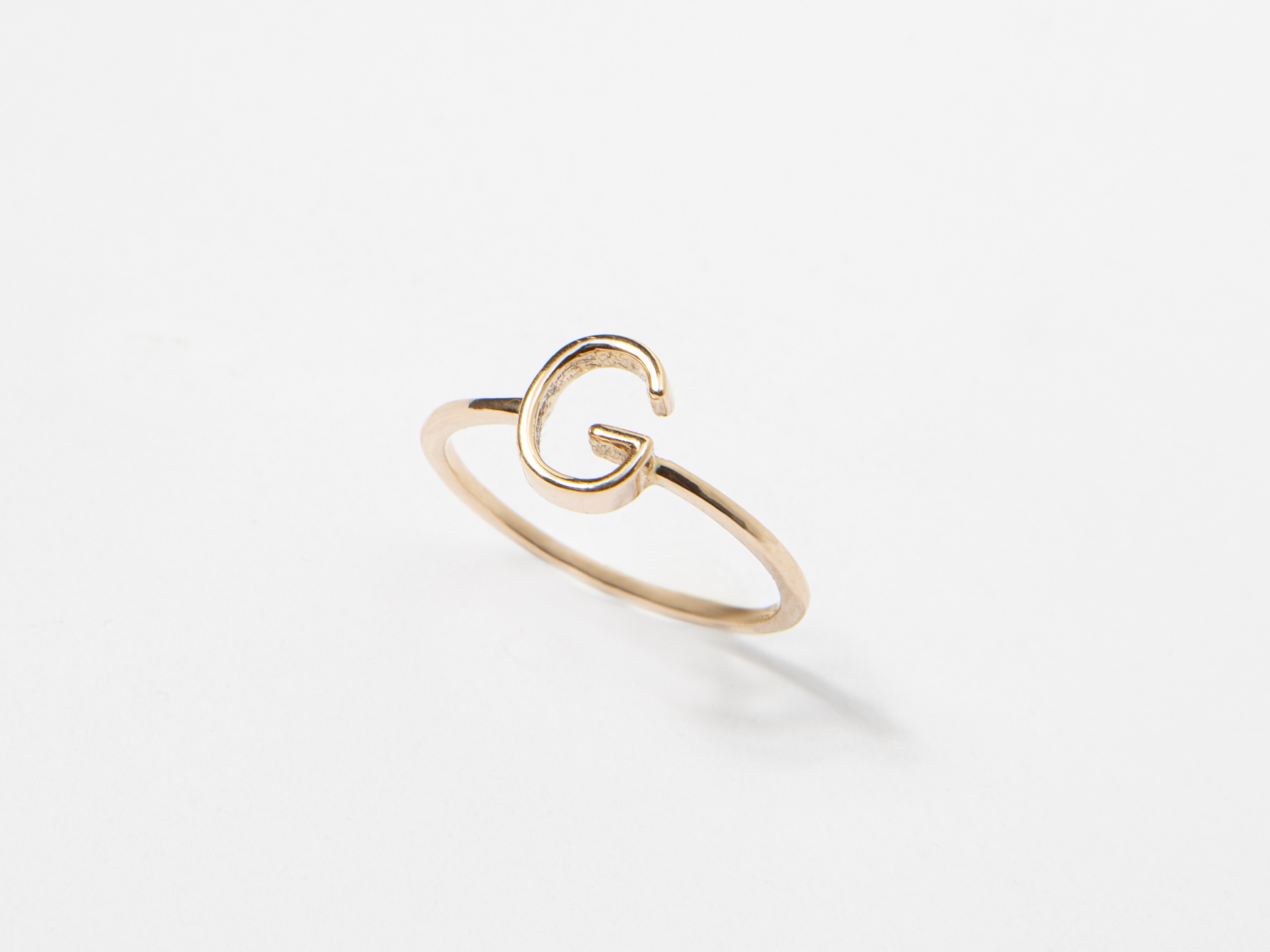Anello in oro con lettera personalizzato - Ivy Gioielli Prato