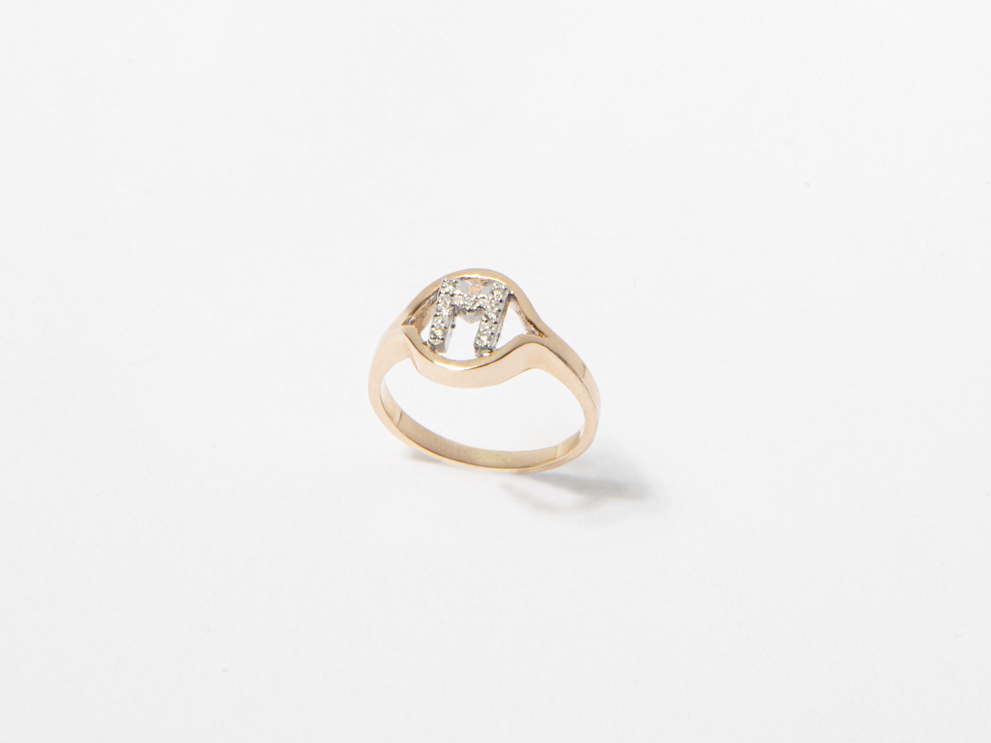 Anello in oro e diamanti con lettera personalizzato - Ivy Gioielli Prato