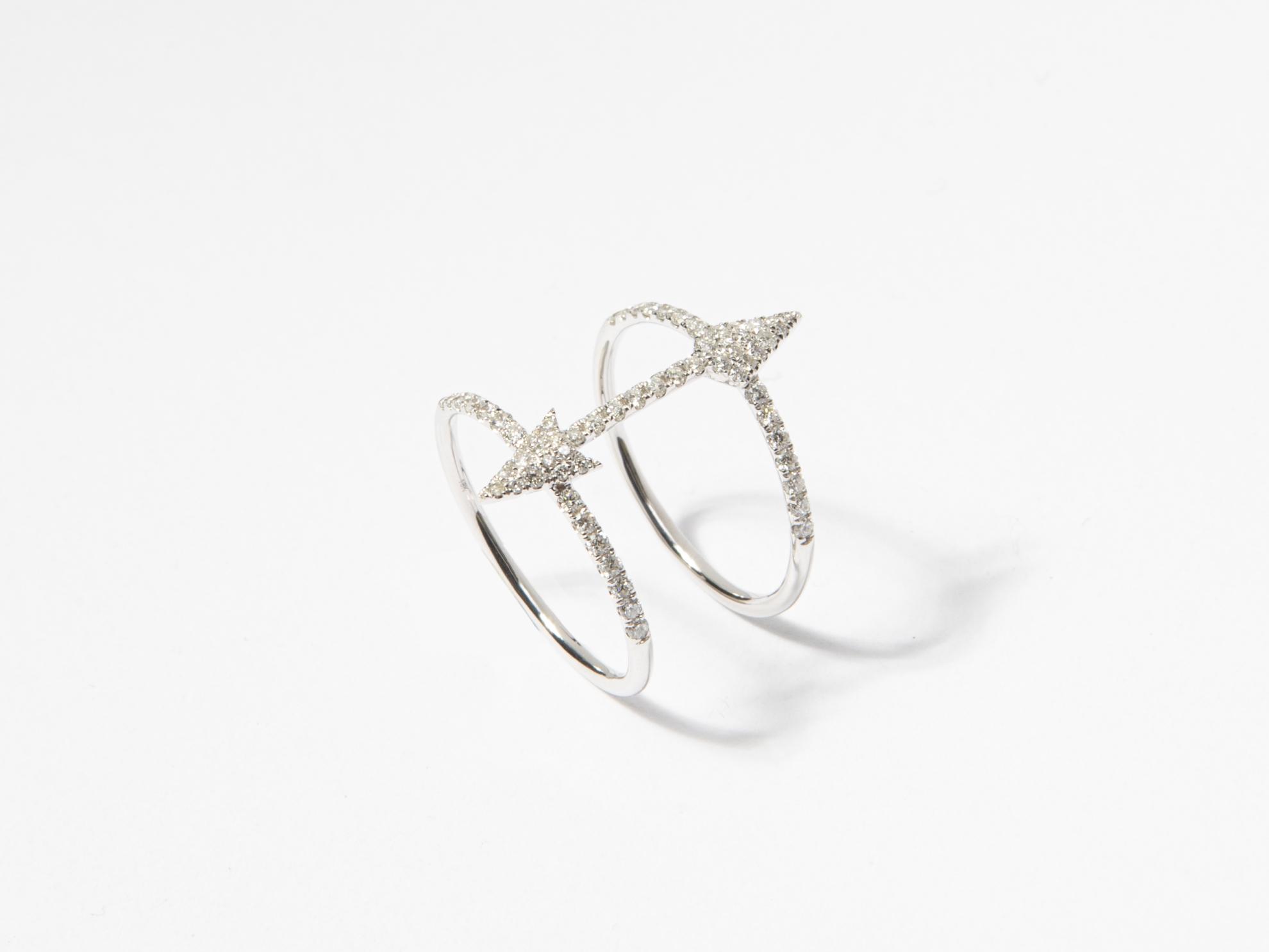 Anello fascia in oro bianco con doppia freccia in brillanti - Ivy Gioielli Prato