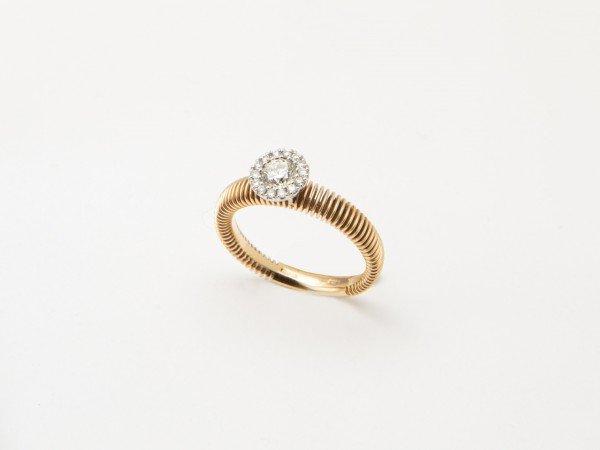 Anello in oro rosa con brillante centrale e corona di brillanti laterali - Ivy Gioielli Prato